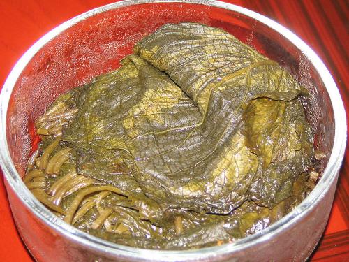 Корейское блюдо из маринованных листьев периллы